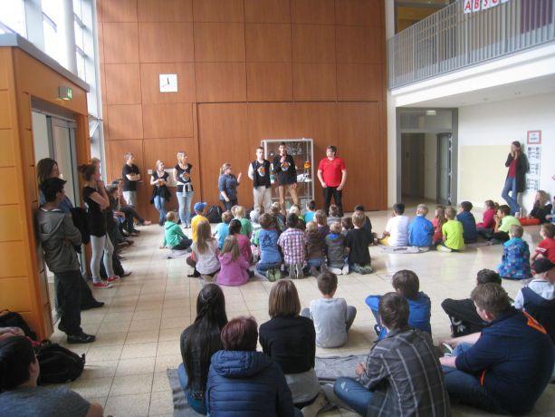 Die Schüler der Abschlussklasse erklären die Spielregeln für das gemeinsame Spiel.