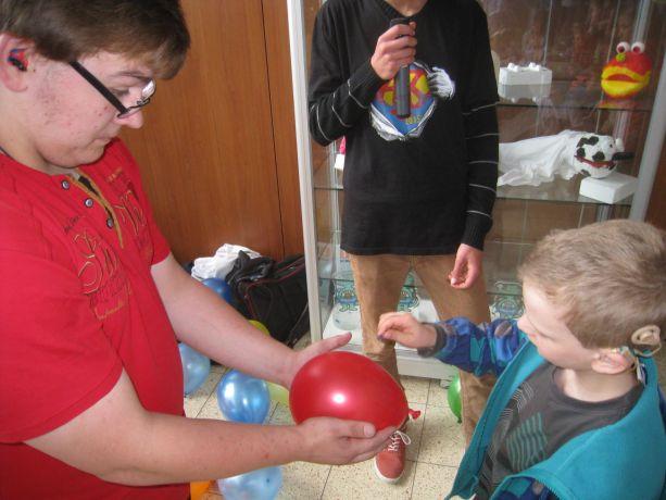Einige Luftballons enthalten besondere Gewinne.