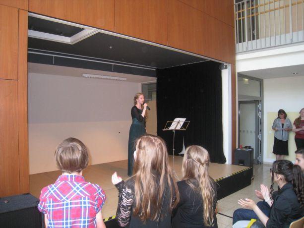 Maureen zeigt als Entlassschülerin zum letzten Mal ihre Gesangskünste.