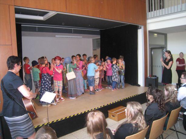 Die Eingangsklassen verbinden Gesang und Theater miteinander.