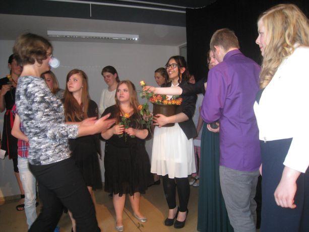 Alle Lehrer werden zum Dank mit einer Rose von den Abschlussschülern überrascht.