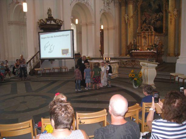 Pfarrer Reuter und Pastor Melcher erteilen den Neuen ihren Segen.