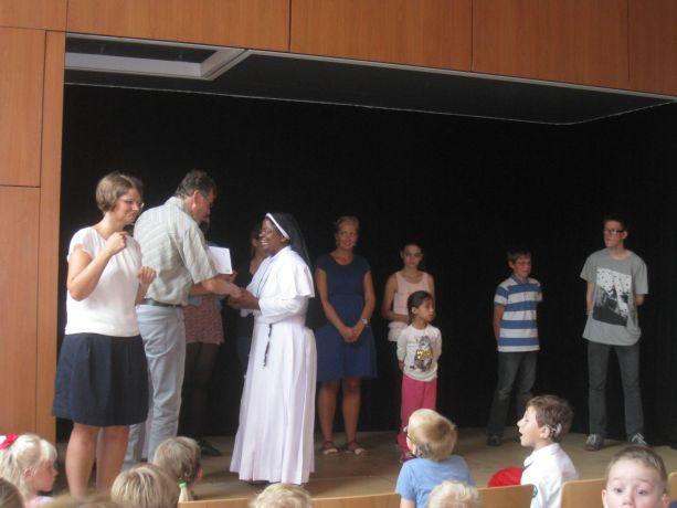 Zwei Ordensschwestern aus Indien werden als Gäste begrüßt.