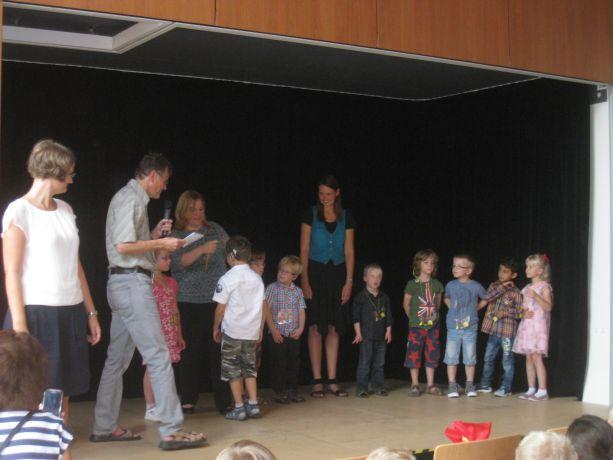 Auch (fast) alle neuen Kinder der Eingangsklasse wagen den Schritt auf die Bühne.