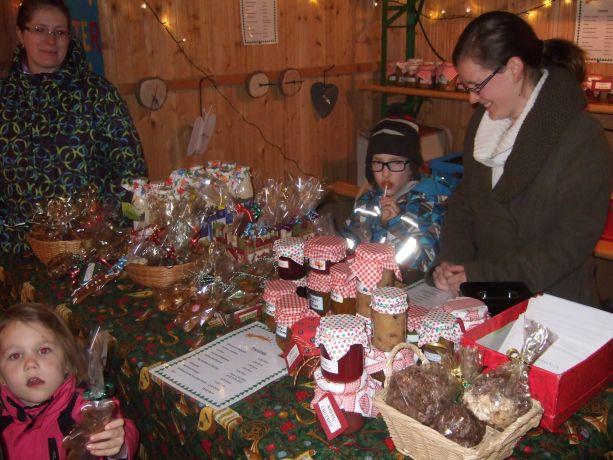 Schüler, Eltern und Lehrerinnen helfen beim Verkauf der selbstgemachten Sachen.