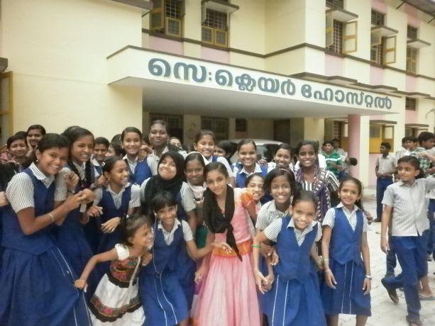 Vor der Schule in Indien - die Schüler tragen eine Schuluniform