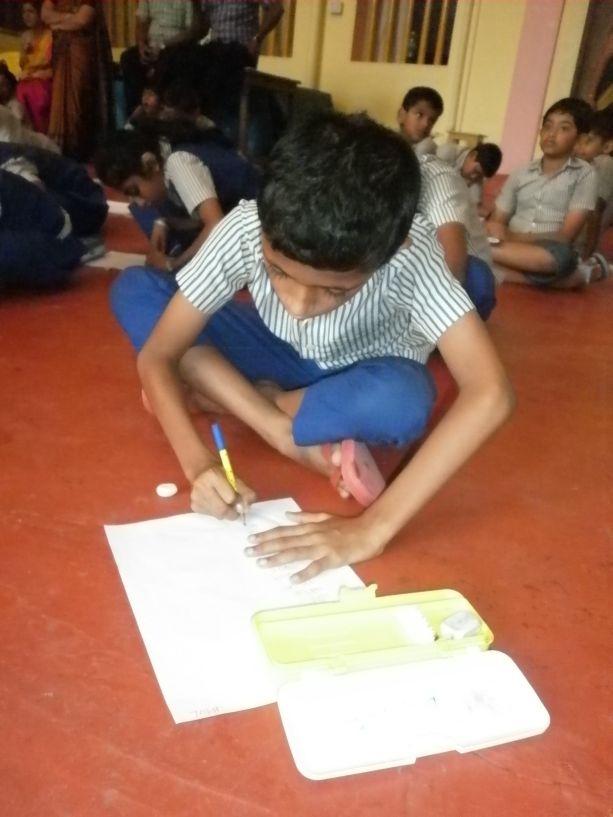 Die Schüler sind es gewohnt auf dem Boden zu schreiben.