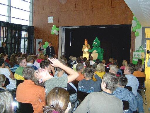 Zum ersten Mal kann die Bühne in der neuen Schule ausprobiert werden.