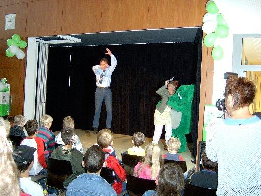 Vor Freude über den Preis wagt der Schulleiter einen Luftsprung und testet die Haltbarkeit der Bühne.