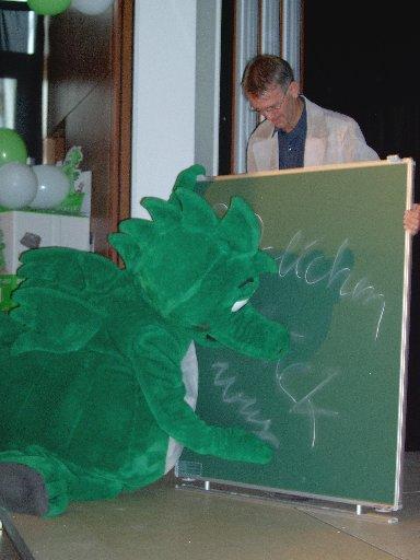Meike unterschreibt persönlich auf der Tafel.
