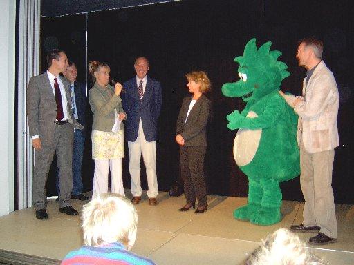 """Der Bürgermeister von Büren, die Chefs der """"Stiftung Lesen"""" und von INTERSEROH und die aus dem Fernsehen bekannte Moderatorin gratulieren der Schule."""