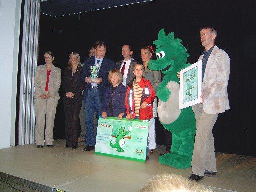Stolz werden der Pokal und der Scheck über 5000 Euro präsentiert.