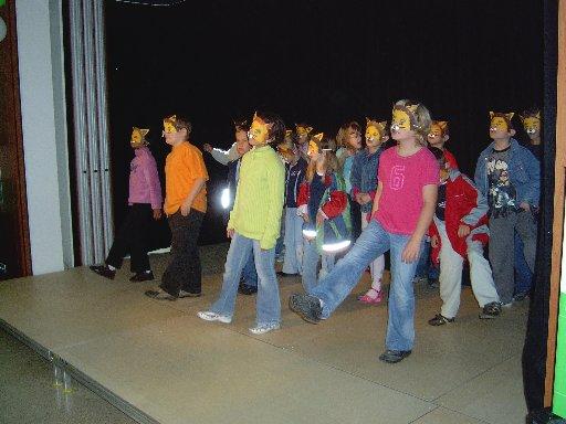 Grundschulkinder zeigen den Tanz, den sie für den Einschulungstag eingeübt haben.