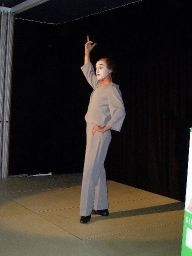 Der Höhepunkt ist der Auftritt von JOMI, dem berühmten gehörlosen Pantomimen.