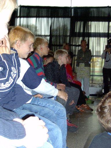 Gebannt verfolgen die Schüler die Körpersprache von JOMI.