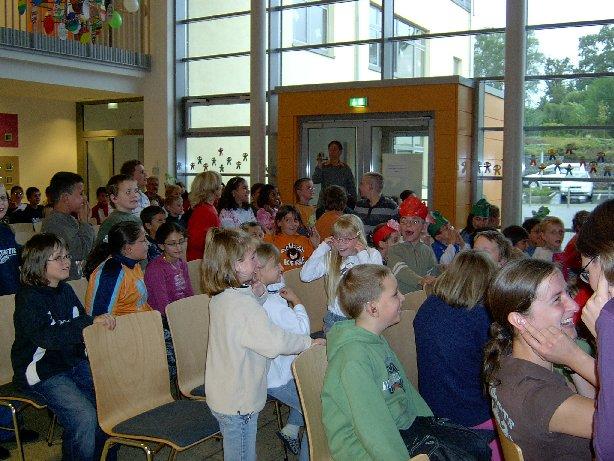 Die Schüler warten gespannt auf den Auftritt von Meike, dem Sammeldrachen.