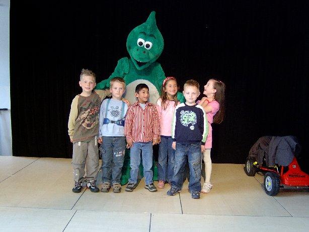 Natürlich wollen sich die Schüler auf einem Foto mit Meike sehen – hier die Klasse E.