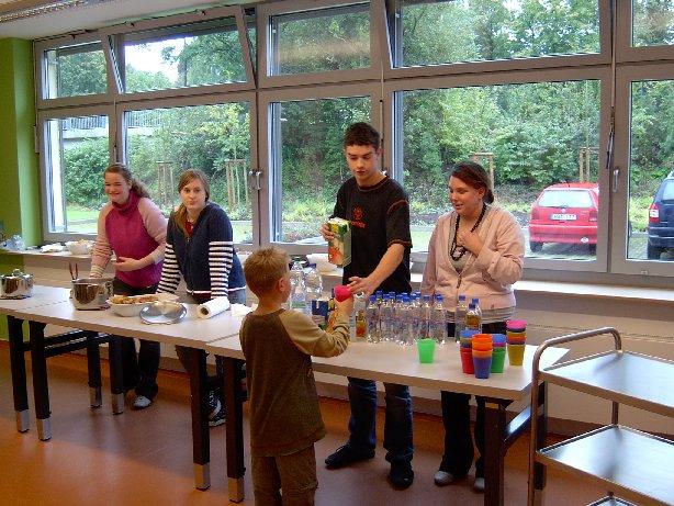 Die Schüler der Klasse 10 sorgen dafür, dass alle etwas zum Essen und zum Trinken haben.