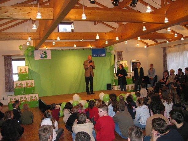 Der Bürgermeister der Stadt Büren und Vorsitzender des Fördervereins begrüßt die Gäste.