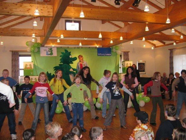 Schüler der Klassen 4 und 5 zeigen auf der Bühne einen einstudierten Tanz.