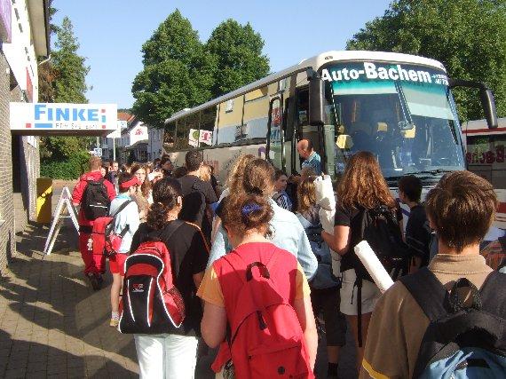 Die Fahrt beginnt mit der Fahrt in zwei großen Bussen nach Köln.