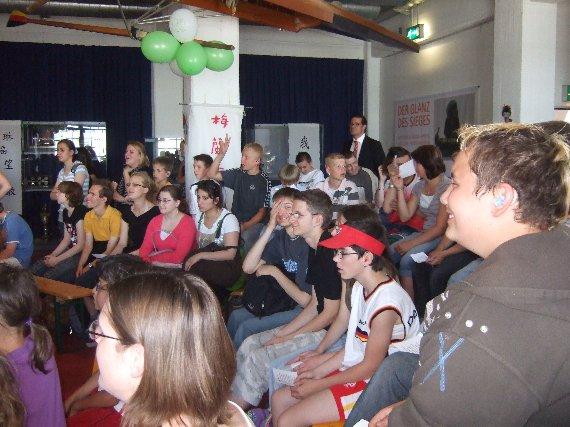 Die Schüler jubeln Meike begeistert zu.