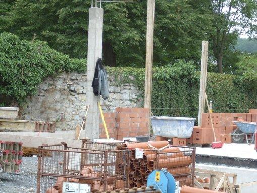Die ersten Mauern werden hochgezogen.