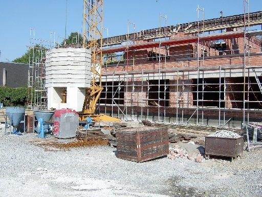 Blick von vorne auf den linken Gebäudeflügel