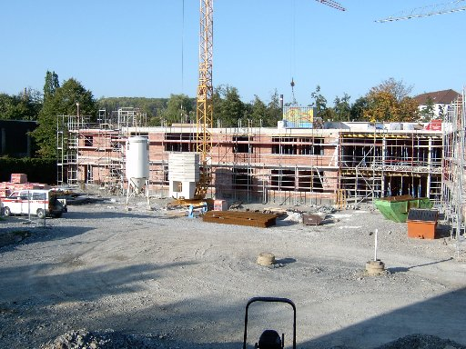 Blick über den Schulhof auf den langen Gebäudetrakt