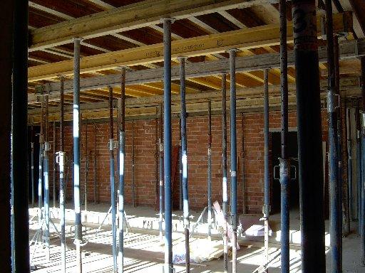 Metallverstrebungen stützen die frisch gegossene Decke in der ersten Etage.