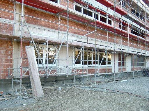 Auch die ersten Fensterscheiben schließen das Gebäude von außen ab.