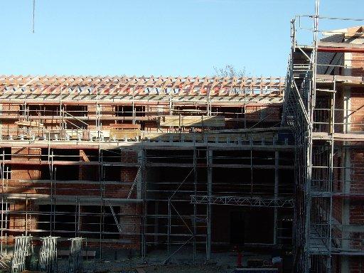 Über dem Schatten des Gebäudes sieht man den Stand der Dacharbeiten sehr deutlich.