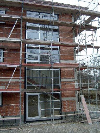 Die Verglasung eines Treppenhauses aus der Nähe betrachtet.