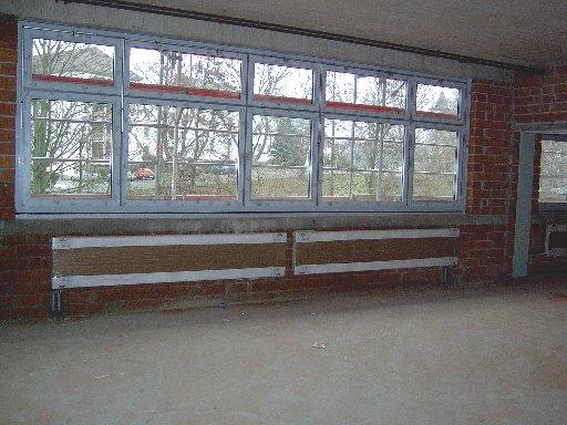 Von innen sieht man die Fensterwand mit den eingebauten Heizkörpern davor.