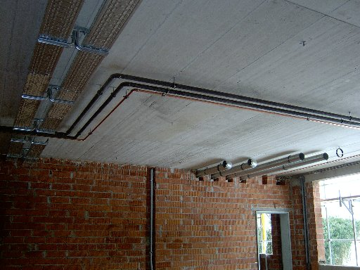 Rohrleitungen an den Decken
