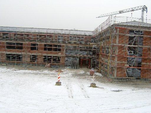 Ein Blick auf den vom Schnee umgebenen Eingangsbereich