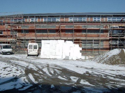 Ein Turm von Styropor-Platten wartet auf die Verarbeitung im Gebäude.