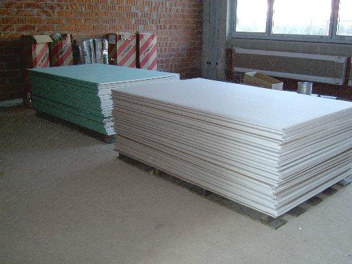 Auch in den Räumen lagern Platten, die für den Innenausbau vorgesehen sind.