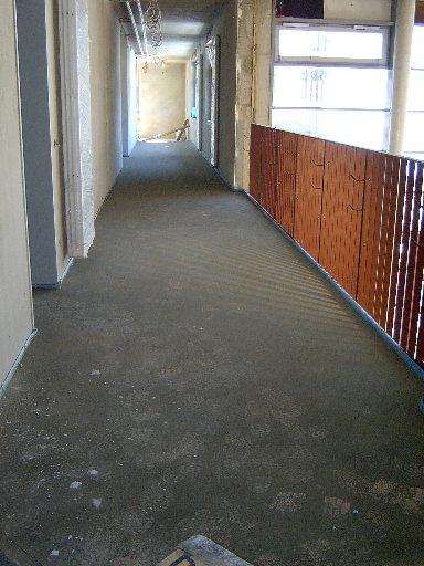 Der erste Flur in der ersten Etage konnte verputzt werden. Die Fußspuren auf dem Boden stammen eindeutig von Menschen.