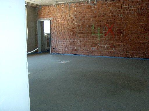 Auch in einzelnen Räumen ist der Fußboden schon mit Estrich ausgelegt.