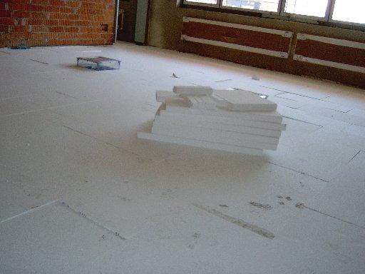 Das Weiße ist kein Schnee. Hier werden die ersten Styroporplatten, die außen gestapelt sind, verlegt.