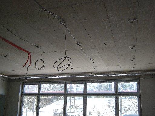 Die Kabel warten geduldig auf die Lampen.