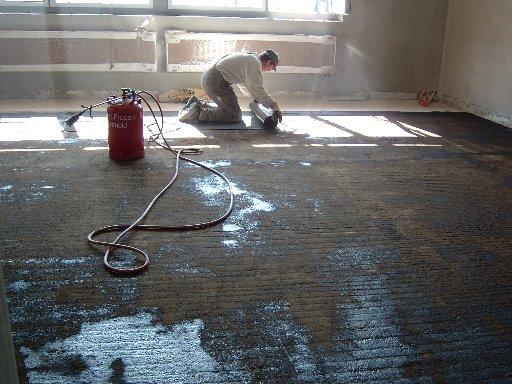 Die Fußboden werden in einer Schicht mit Teerpappe ausgelegt.