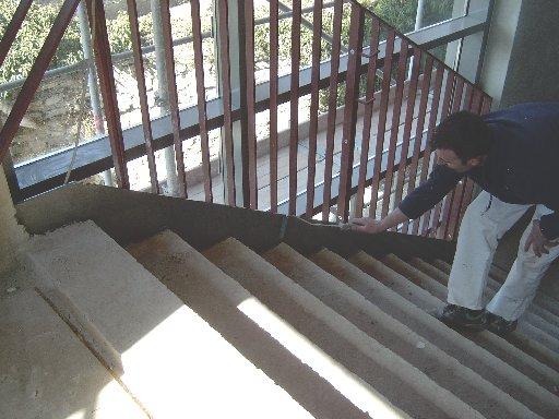 Das erste Treppengeländer wird angestrichen.