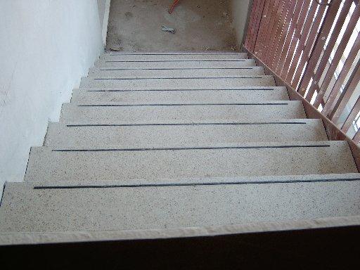 Und so sieht die Treppe mit Fliesen aus.