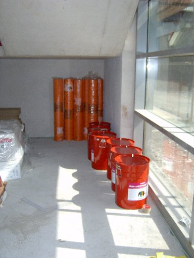 Zahlreiche Fässer mit Füllmaterialien stehen bereit zum Verbrauch.