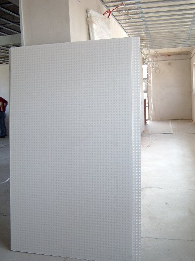 Diese großen Platten werden für die Decken in den Räumen gebraucht.