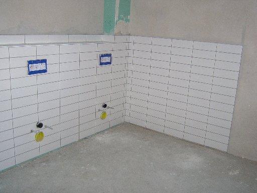 In den Toiletten sind die ersten Fliesen angebracht worden.