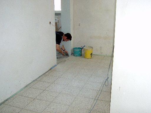 Auch einige Fußböden müssen gefliest werden.