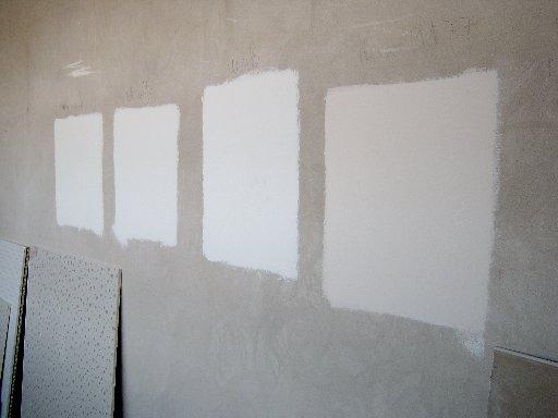 Weiß ist nicht gleich Weiß – Proben werden an die Wand gemalt.